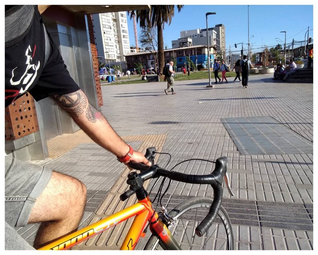 Riding his old Roadbike in Santiago de Chile